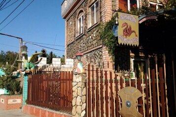 """Гостевой дом """"Замок Дракона"""", Морская улица, 21 на 3 комнаты - Фотография 1"""