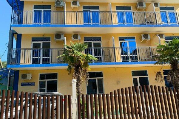 Гостиница , улица Декабристов, 221 на 16 номеров - Фотография 1