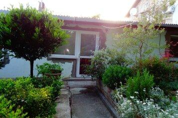 Дом с  зеленым двором в Никите , 500 м к морю, 50 кв.м. на 6 человек, 2 спальни, Никитский сад, 28, Ялта - Фотография 1