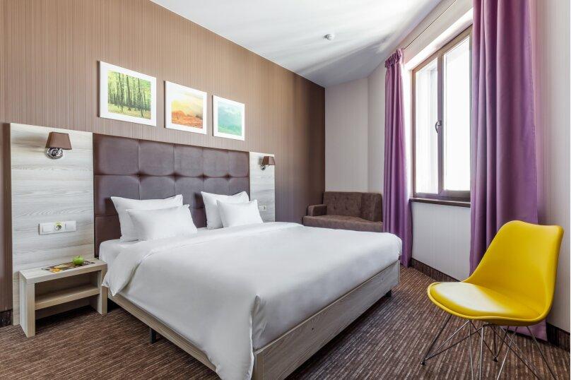 """Улучшенный номер с кроватью размера """"king-size"""", улица Суворова, 91, Краснодар - Фотография 1"""