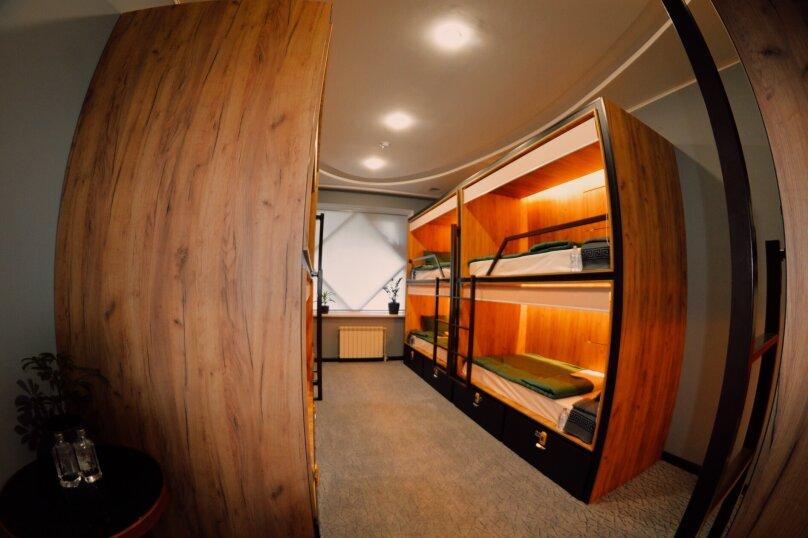 Кровать в общем номере для мужчин и женщин с 10 кроватями, улица Островитянова, 9к3, Москва - Фотография 1