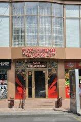 """Гостевой дом """"На Володарского 27"""", улица Володарского, 27 на 8 комнат - Фотография 1"""