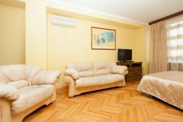 3-комн. квартира, 70 кв.м. на 7 человек, улица Новый Арбат, 26, Москва - Фотография 1