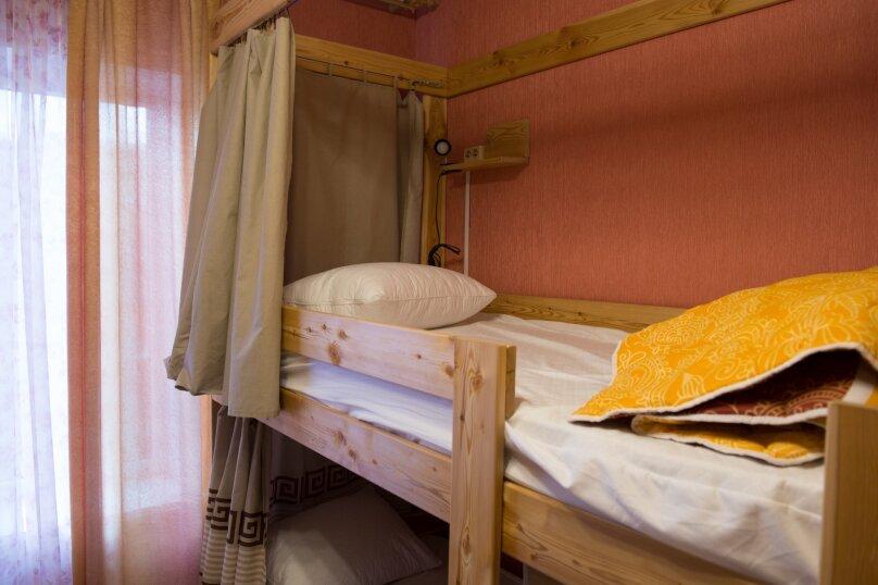 Спальное место на двухъярусной кровати в общем номере для женщин на 6 человек, Базовская, 18, Краснодар - Фотография 1