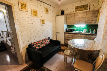 трехкомнатный номер люкс с кухней:  Номер, Люкс, 3-местный (1 основной + 2 доп), 3-комнатный, Домашняя гостиница, Октябрьская улица, 159 на 7 номеров - Фотография 4