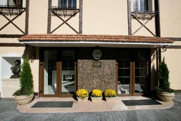 Отель , улица Серова, 14 на 20 номеров - Фотография 1