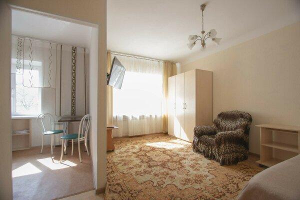 1-комн. квартира, 36 кв.м. на 2 человека, улица Красной Армии, 15, Красноярск - Фотография 1
