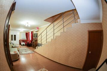 """Гостевой дом """"72 регион"""", 212 кв.м. на 15 человек, 6 спален, улица Тюльпанов, 4г, Адлер - Фотография 1"""