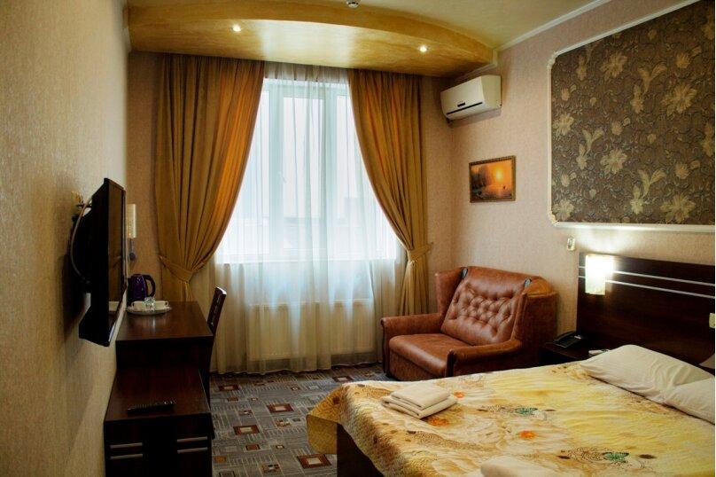 Улучшенный номер с двуспальной кроватью, проспект Победы, 65, Симферополь - Фотография 1