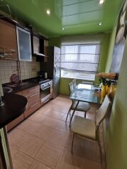 2-комн. квартира, 56 кв.м. на 5 человек, улица Константина Симонова, 20, Волгоград - Фотография 1