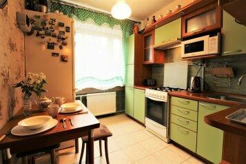 2-комн. квартира, 60 кв.м. на 7 человек, улица Академика Байкова, 7к2, Санкт-Петербург - Фотография 1