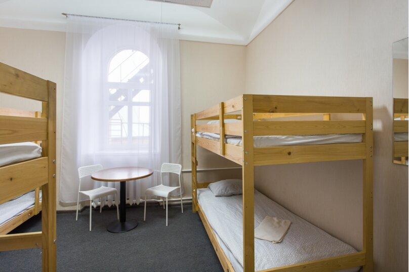 Кровать в  6-и местном номере, Никольская улица, 4, Великий Новгород - Фотография 1