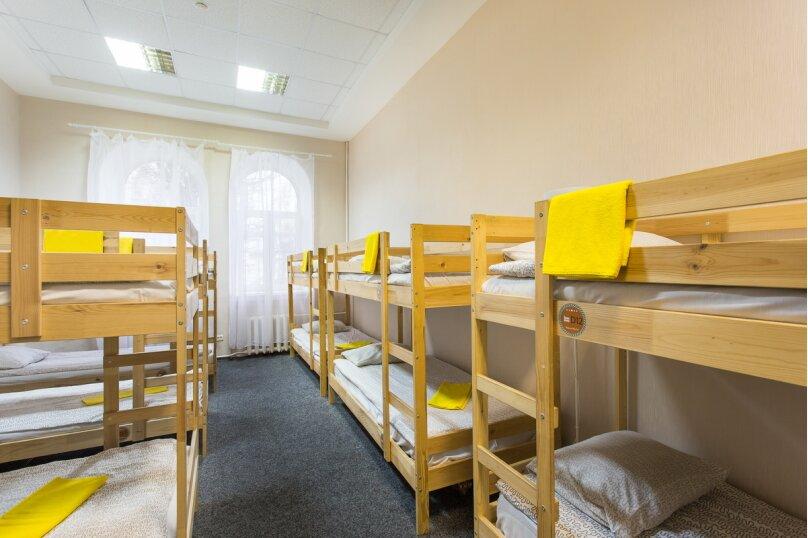 Кровать в 12-ти местном номере , Никольская улица, 4, Великий Новгород - Фотография 1