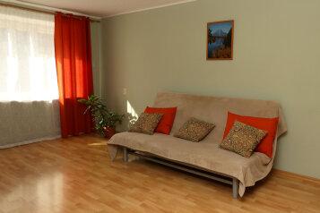 2-комн. квартира, 52 кв.м. на 7 человек, улица Степана Разина, 79, Екатеринбург - Фотография 1