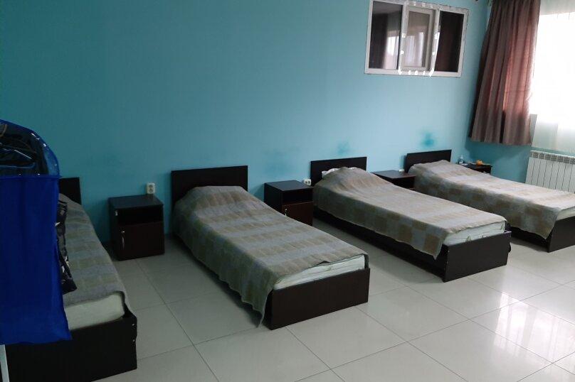 Комната на 5 спальных мест для мужчин. №8, улица Филатова, 47, Краснодар - Фотография 1