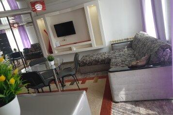 2-комн. квартира, 42 кв.м. на 5 человек, проспект 100-летия Владивостока, 45, Владивосток - Фотография 1