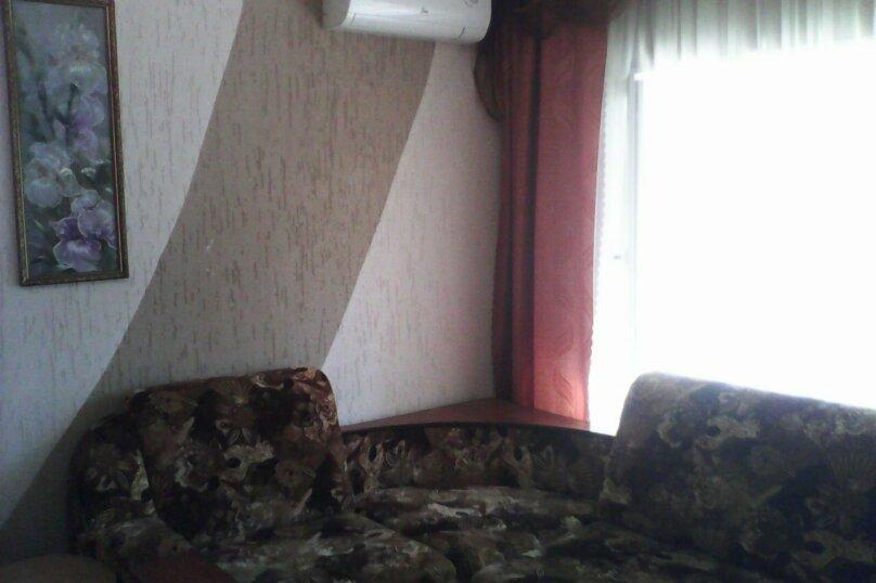 Четырех-местный номер на первом этаже( Угловой диван и две односпальные кровати), Набережная, 12 а, село Курортное - Фотография 2