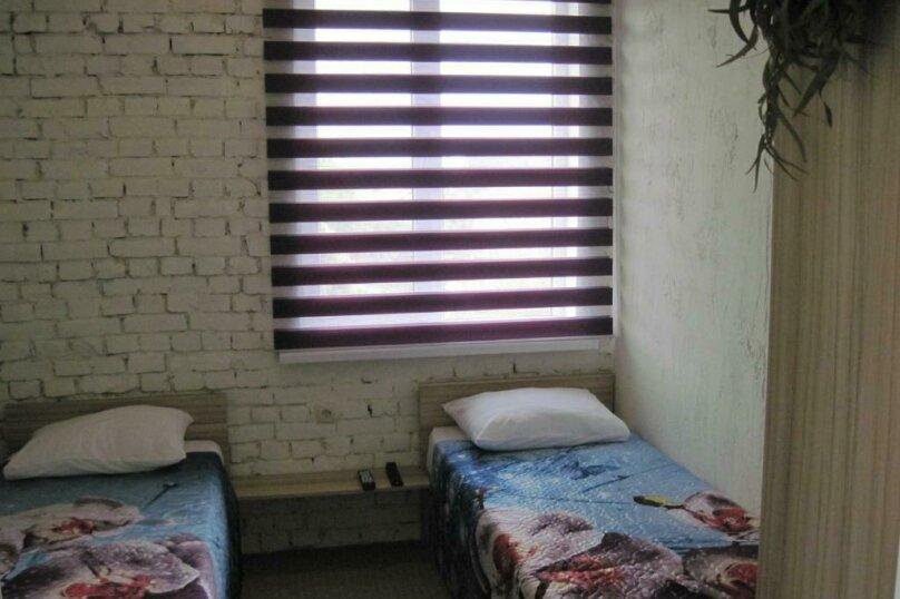Двухместный номер эконом-класса с 2 отдельными кроватями и общей ванной комнатой, п. Молочный, б/н, Пицунда - Фотография 1
