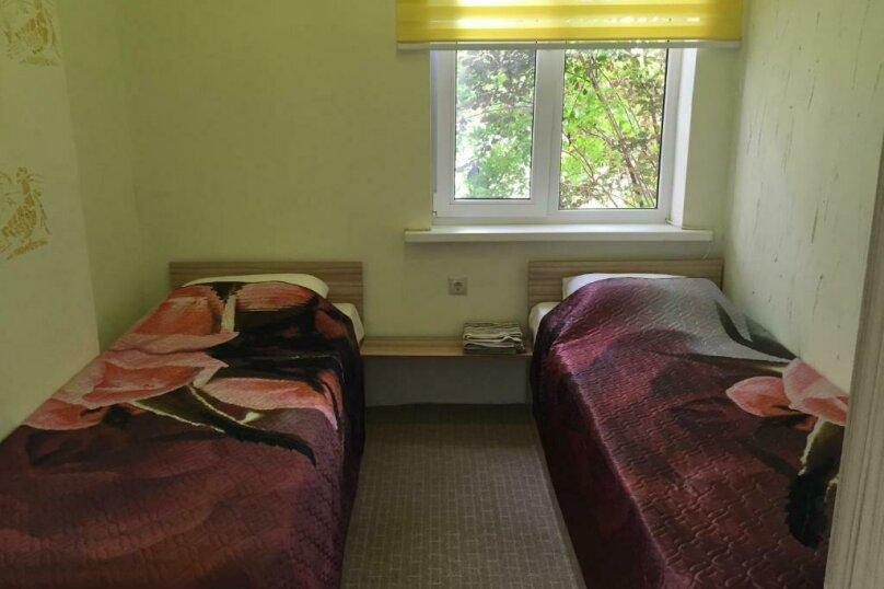 Двухместный номер эконом-класса с 2 отдельными кроватями и общей ванной комнатой, п. Молочный, б/н, Пицунда - Фотография 5