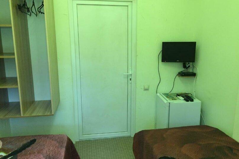 Двухместный номер эконом-класса с 2 отдельными кроватями и общей ванной комнатой, п. Молочный, б/н, Пицунда - Фотография 6