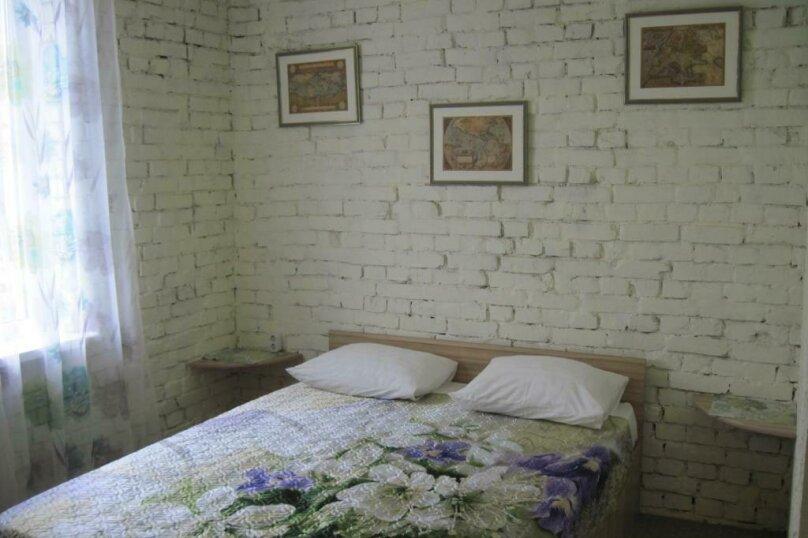 Двухместный номер с двуспальной кроватью и дополнительной кроватью, п. Молочный, б/н, Пицунда - Фотография 1