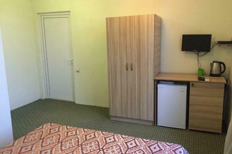 Двухместный номер с двуспальной кроватью и дополнительной кроватью, п. Молочный, б/н, Пицунда - Фотография 11