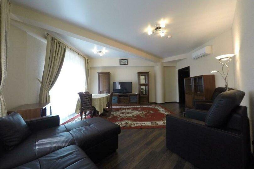 апартаменты 412  3х комнатные 4х местные, улица Когония, 63, Сухум - Фотография 1