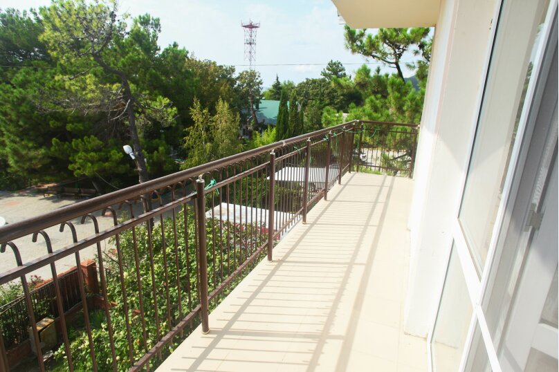 Трех местный номер с балконом (комфорт),  улица Мира, 6, Криница - Фотография 1