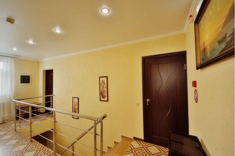 №6. Две комнаты, 40 кв.м., на четыре места. Третий этаж.Вид на горы море, внутренний двор, в сад., Пограничная, 7, Геленджик - Фотография 1