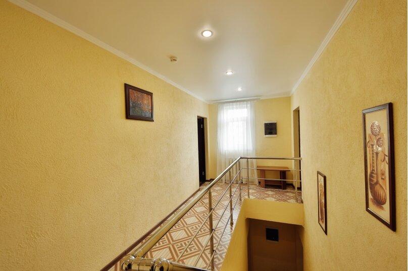 №8. Одна комната, 15 кв.м. Двухместная с одной двуспальной кроватью, Третий этаж. Вид на горы, море, город, внутренний двор, Пограничная, 7, Геленджик - Фотография 1
