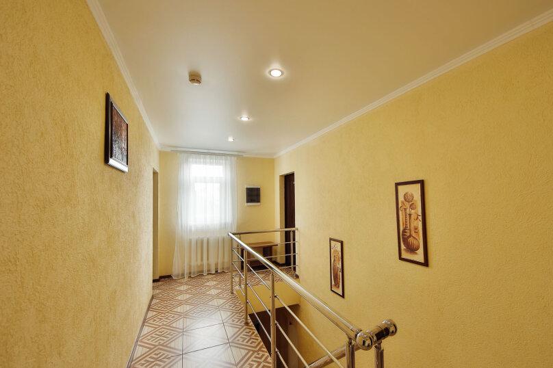 №9. Одна комната, 20 кв.м., трёхместная с видом на сад и внутренний двор. Третий этаж, Пограничная, 7, Геленджик - Фотография 1
