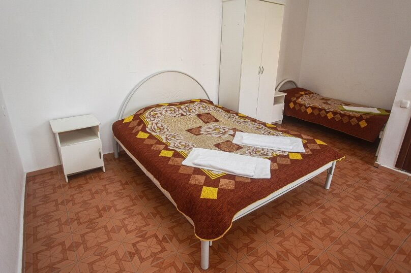 Трех местный номер с балконом (стандарт),  улица Мира, 6, Криница - Фотография 1