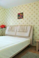 2-комн. квартира, 60 кв.м. на 4 человека, улица Алексеева, 46, Красноярск - Фотография 1