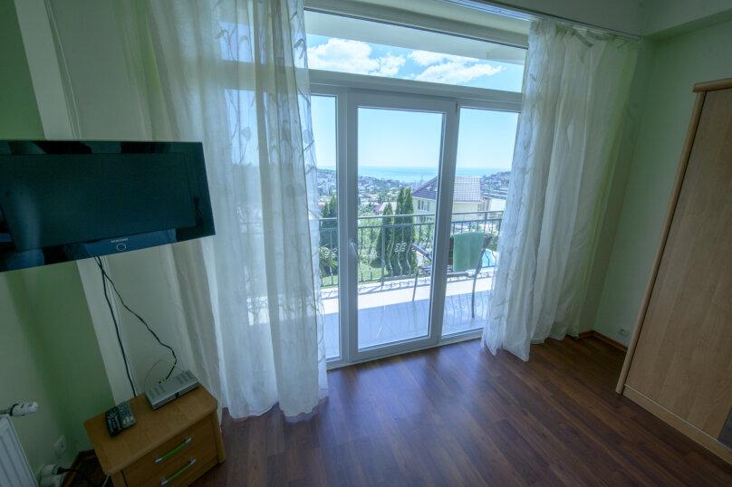2 комнатный номер на 4-х, Адаманова, 36, Ялта - Фотография 1