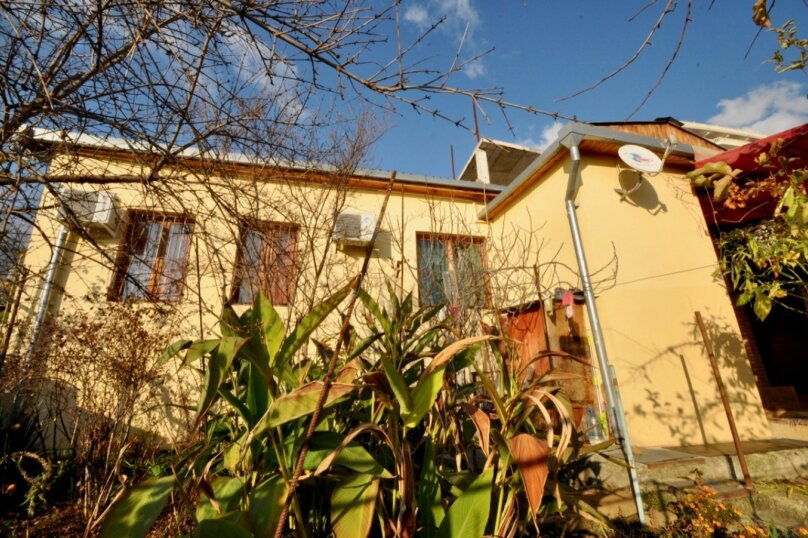 Отдельно стоящий домик с закрытой территорией, 110 кв.м. на 10 человек, 3 спальни, улица Дмитриева, 16А, Ялта - Фотография 1