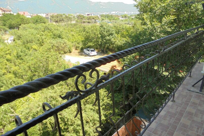 Комната семейная с балконом, 3 этаж , вид на горы, улица Лётчика Авдеева, 7, Геленджик - Фотография 8