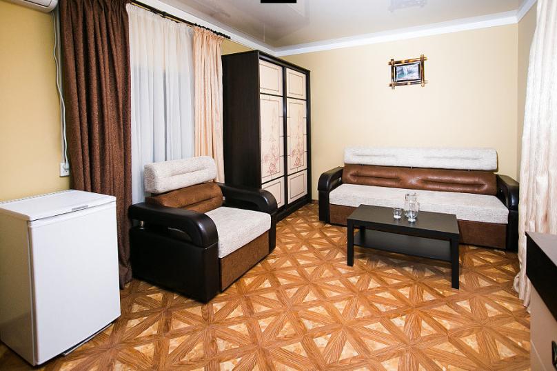СЕМЕЙНЫЙ двухкомнатный 5-ти местный - 1 этаж № 2, 3 (большая двуспальная кровать, раскладной диван, кресло-кровать), Кистрикская улица, 6А, Гудаута - Фотография 1