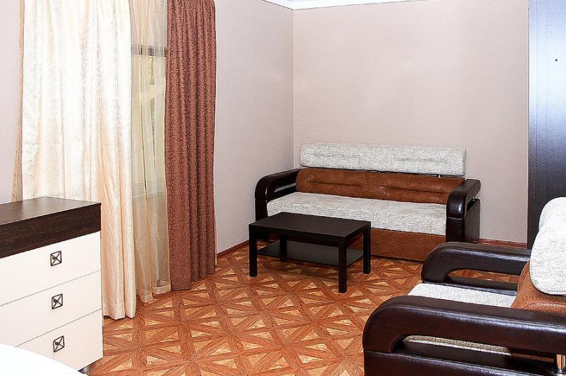 СЕМЕЙНЫЙ двухкомнатный 5-ти местный - 1 этаж № 2, 3 (большая двуспальная кровать, раскладной диван, кресло-кровать), Кистрикская улица, 6А, Гудаута - Фотография 2