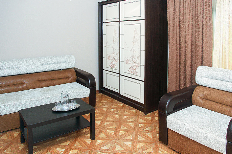 СЕМЕЙНЫЙ двухкомнатный 5-ти местный - 1 этаж № 2, 3 (большая двуспальная кровать, раскладной диван, кресло-кровать), Кистрикская улица, 6А, Гудаута - Фотография 3