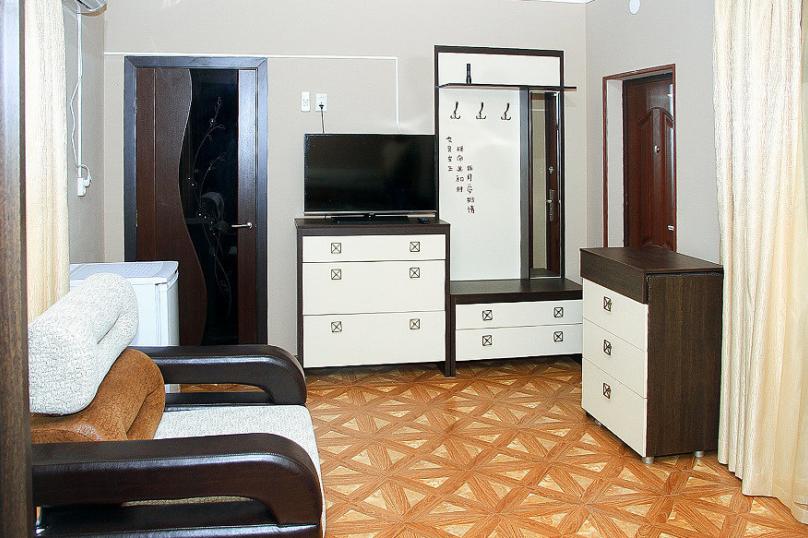 СЕМЕЙНЫЙ двухкомнатный 5-ти местный - 1 этаж № 2, 3 (большая двуспальная кровать, раскладной диван, кресло-кровать), Кистрикская улица, 6А, Гудаута - Фотография 4