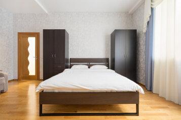 2-комн. квартира, 68 кв.м. на 7 человек, улица Адоратского, 1, Казань - Фотография 1
