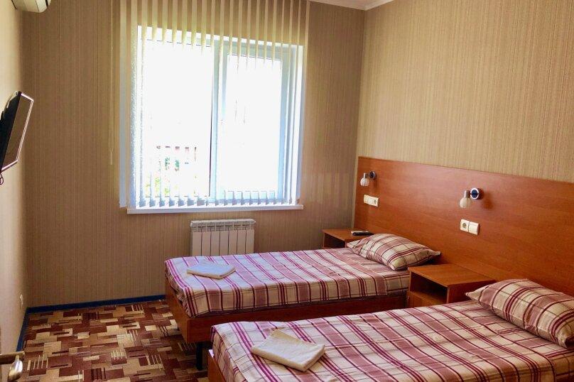 2-местный номер эконом-класса с общей ванной комнатой на два номера., Центральная улица, 25, Витязево - Фотография 2