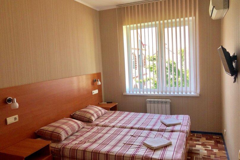 2-местный номер эконом-класса с общей ванной комнатой на два номера., Центральная улица, 25, Витязево - Фотография 1