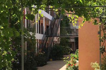 """Гостевой дом """"Шарм"""", улица 54-й Артбатареи, 8 на 32 комнаты - Фотография 1"""