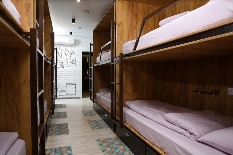 Кровать в 10-ти местном номере 1, улица Чернышевского, 3, Омск - Фотография 1