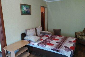 1-комн. квартира, 32 кв.м. на 4 человека, улица Александра Матросова, 6, Красноярск - Фотография 1
