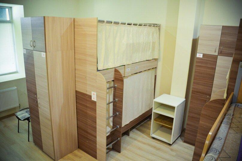 Спальное место в общем номере для мужчин, улица Карла Маркса, 42, Казань - Фотография 1