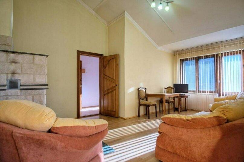 Улучшенный семейный номер с гостиной, село Никитино, улица Вериют, 3, Мостовской - Фотография 1