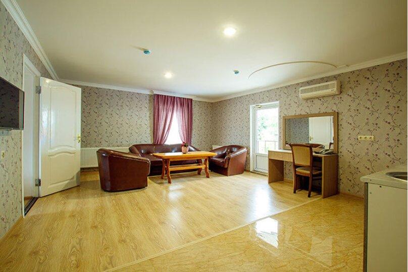 «Люкс» 2-комнатный с кухней и балконом, улица Гоголя, 17, Геленджик - Фотография 2