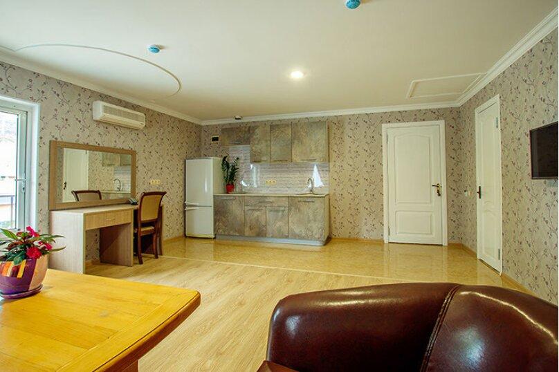 «Люкс» 2-комнатный с кухней и балконом, улица Гоголя, 17, Геленджик - Фотография 8